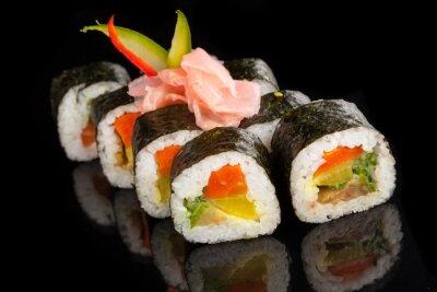 Cuadro Maki sushi servido sobre fondo negro