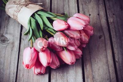 Cuadro Manojo de tulipanes frescos de primavera de color rosa en la tabla de madera vieja cosecha, copia espacio
