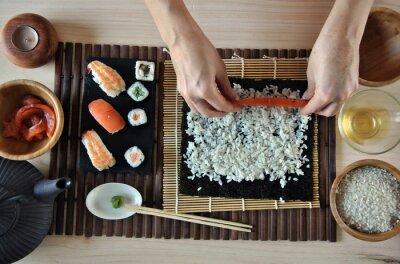 Cuadro manos cocinar sushi
