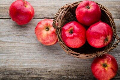 Cuadro Manzanas rojas maduras sobre fondo de madera.