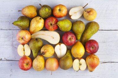 Cuadro Manzanas y peras entero y en dos tomados desde arriba en tablas de madera blanca