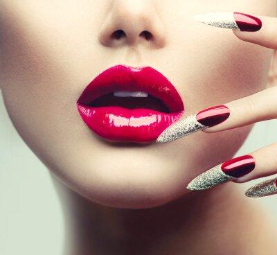 Cuadro Maquillaje y manicura. Rojas uñas largas y labios brillantes rojos
