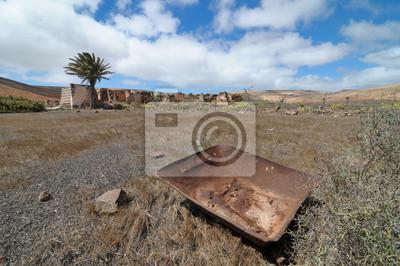Metal oxidado sobre un desierto