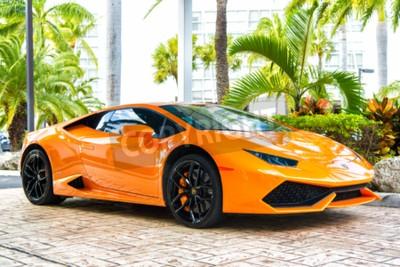 Cuadro Miami, Florida, EE.UU.-19 de febrero de 2016: Supercar Lamborghini Aventador de color naranja estacionado al lado de Ocean Drive en South bech en Miami, Florida. Lamborghini es famoso automóvil de mar