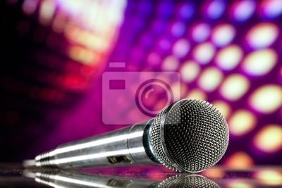micrófono contra el fondo del disco púrpura