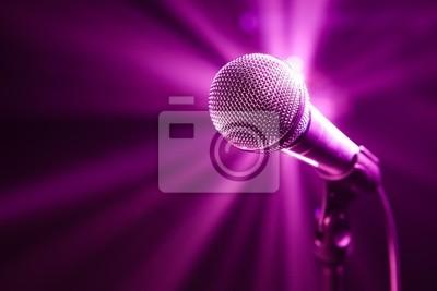 micrófono en el escenario con fondo morado