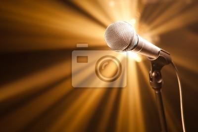 micrófono en el escenario con rayos de oro