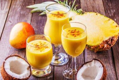 Cuadro Milkshake tropical con ingredientes.