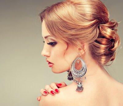 Cuadro Modelo con las uñas de color rojo y un peinado lindo