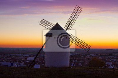 Molino de viento en Campo de Criptana en el tiempo de salida del sol