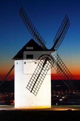 Molino de viento en Campo de Criptana, en la puesta de sol