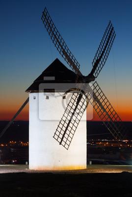 molino de viento en Campo de Criptana en la puesta del sol