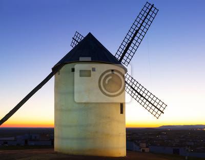 Molino de viento en la puesta de sol