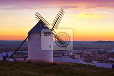 Molino de viento en la salida del sol en el campo
