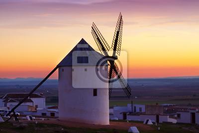 Molino de viento en tiempo de salida del sol. Campo de Criptana