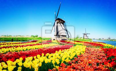 molino de viento holandés sobre las aguas del río