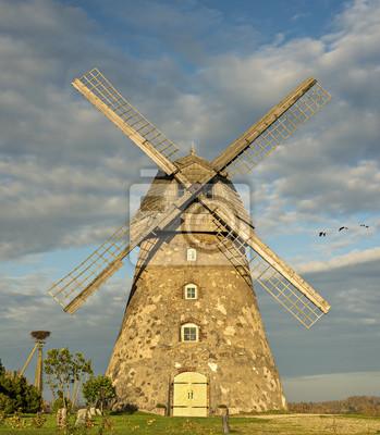 Molino de viento medieval, noche otoñal en Europa del Este