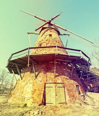 Molino de viento roto viejo en el campo de Letonia, Europa