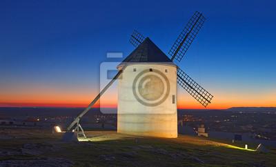 Molinos de viento al campo en la noche