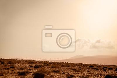 Molinos de viento eléctricos en el sur de la isla de Fuerteventura en el desierto de Jandia. Amplio ángulo de vista con copia espacio