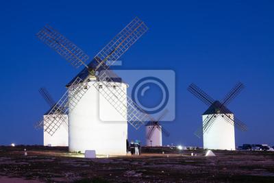 Molinos de viento en Campo de Criptana en la noche