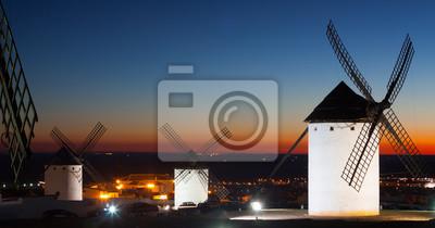 Molinos de viento en Campo de Criptana en la puesta del sol tiempo