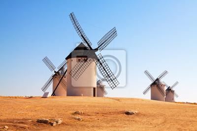 molinos de viento en el campo