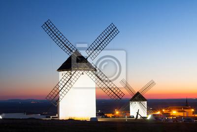 molinos de viento en el campo en la puesta del sol