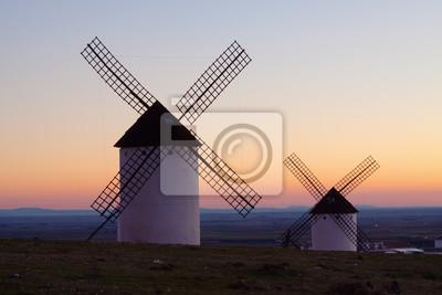 Molinos de viento en el campo en la salida del sol