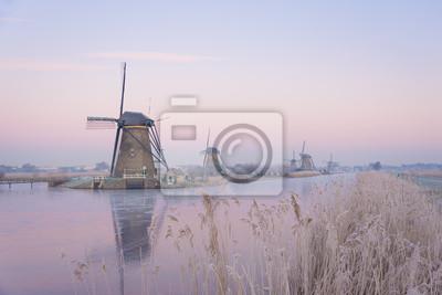 Molinos de viento en los Países Bajos en la suave luz del amanecer en invierno