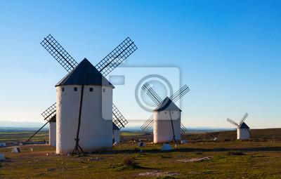 molinos de viento retro en el campo