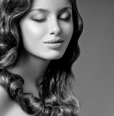 Cuadro morena romántica con el pelo rizado