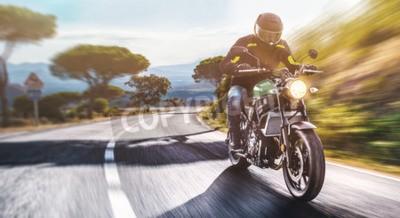 Cuadro moto en el camino a caballo. divertirse conduciendo la carretera vacía en un viaje en moto. copyspace para tu texto individual.