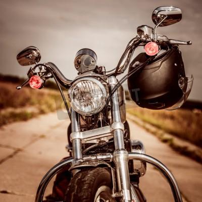 Cuadro Motocicleta en la carretera con un casco en el manillar.