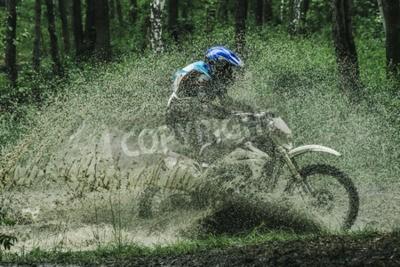 Cuadro Motocross bicicleta cruzar arroyo, salpicaduras de agua en la competencia