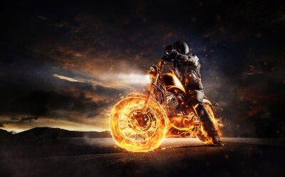 Cuadro Motorbiker oscuro permanecer en motocicleta ardiente en la luz del atardecer
