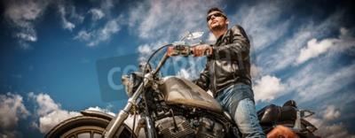 Cuadro Motorista hombre que llevaba una chaqueta de cuero y gafas de sol sentado en su motocicleta.