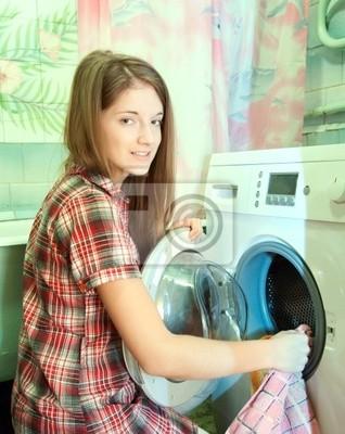 Muchacha del adolescente que hace el lavadero