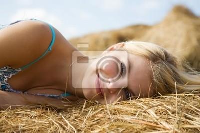 muchacha en el heno en verano