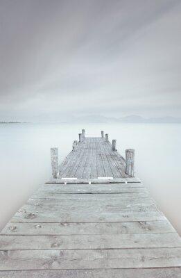 Cuadro Muelle de madera en el lago en un ambiente nublado y brumoso.