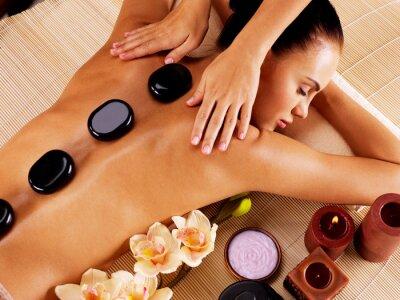Cuadro Mujer adulta que tiene masaje de piedra caliente en el salón de spa