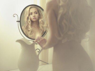 Cuadro Mujer atractiva en el espejo