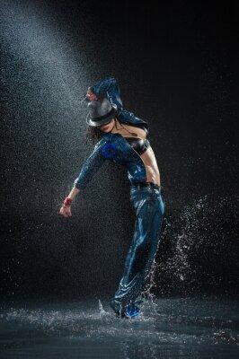 Cuadro Mujer bailando Wet. Bajo las gotas de agua. Foto del estudio