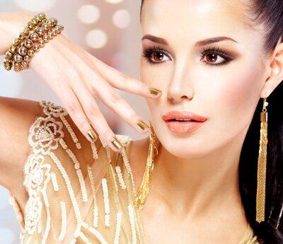 Cuadro Mujer con las uñas doradas y hermosas joyas de oro