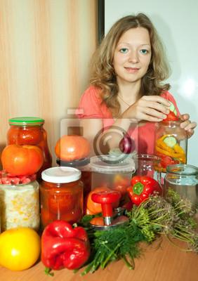 Mujer con verduras marinadas