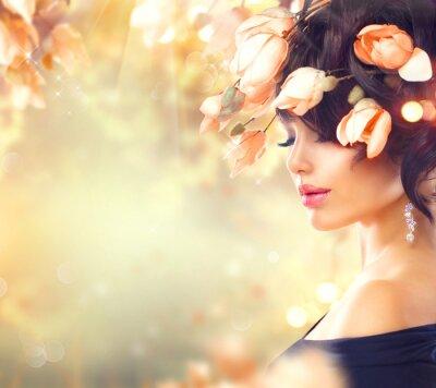 Cuadro Mujer de primavera con flores de magnolia en el pelo