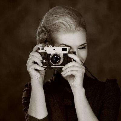 Cuadro Mujer en vestido clásico con cámara retro.
