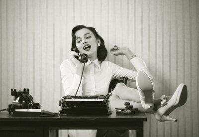 Cuadro Mujer hablando por teléfono en el escritorio