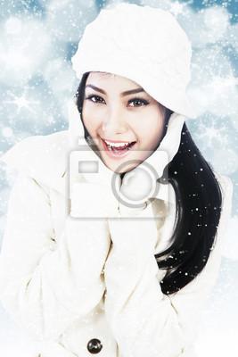 0974c5fdc0d8 Cuadro: Mujer hermosa en la ropa blanca del invierno en azul desenfocado