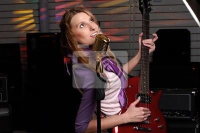 mujer joven con la guitarra de rock